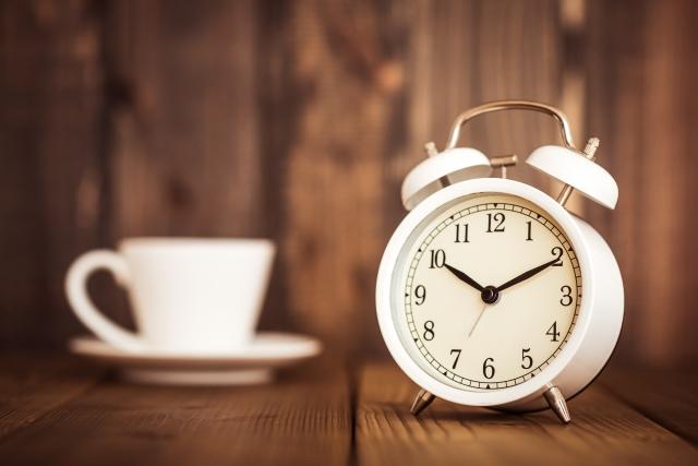 置き時計とコーヒー