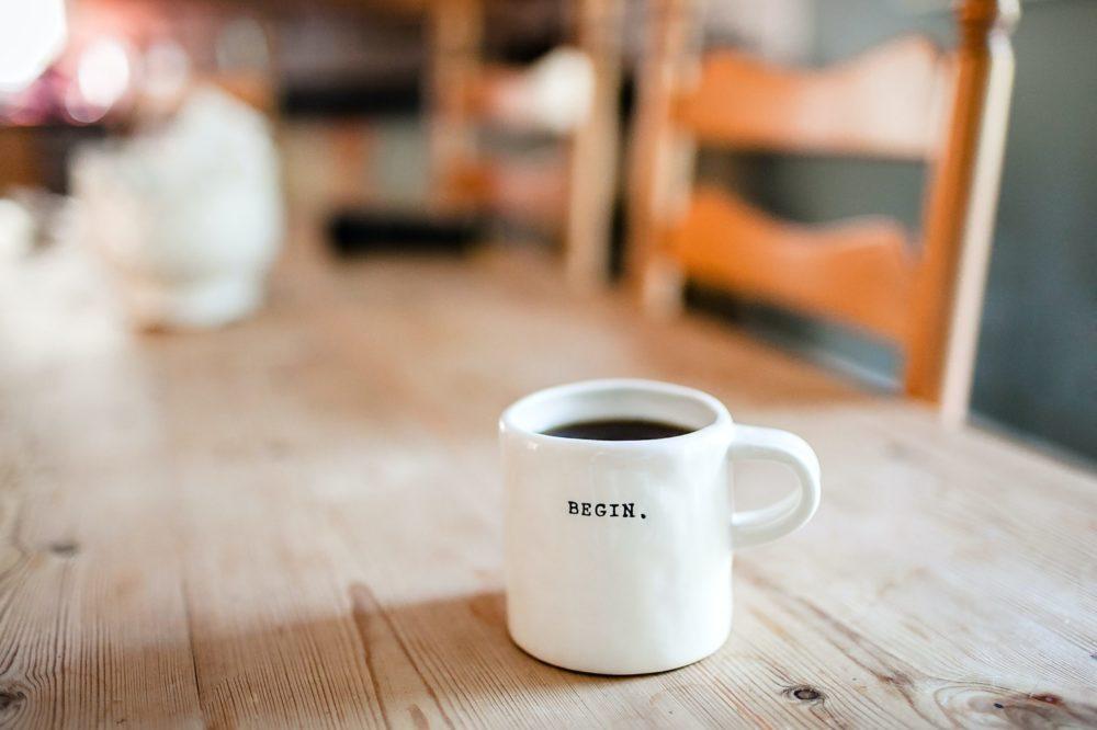 机上にコーヒー