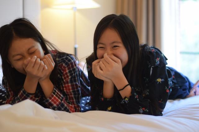笑っている姉妹